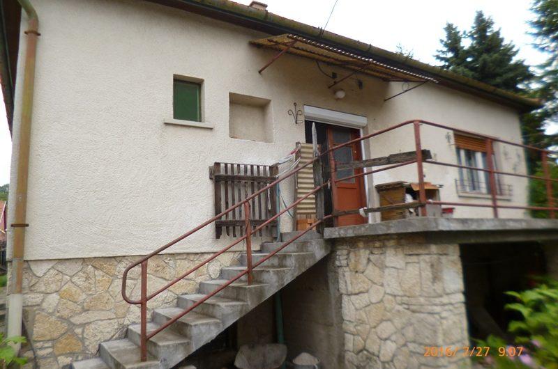 Pomázi családi ház nagy telekkel, melléképülettel