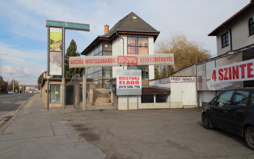 Forgalmas főúton található üzletház eladó!