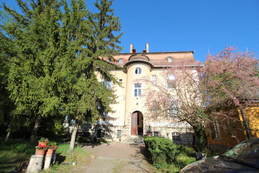 Nagy belmagásságú, felújítandó társasházi lakás Rómaifürdőn!